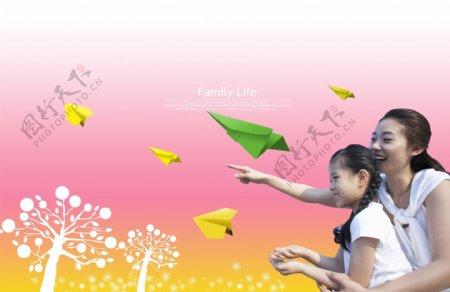 开心母女和黄色纸飞机