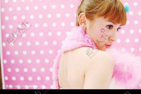 时尚美女写真粉色背景大眼睛美眉图片