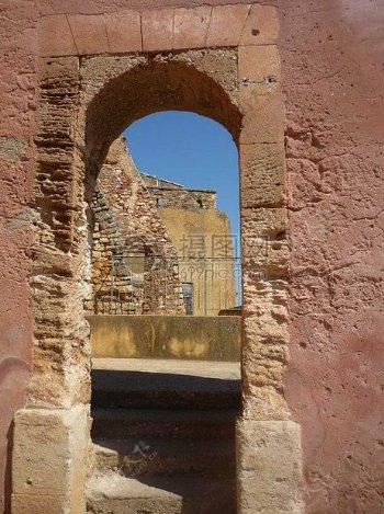 墙上的一个拱形门廊