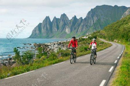 海岸公路风景与自行车运动员