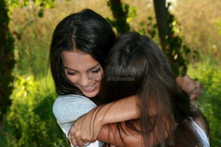 互相拥抱的女孩