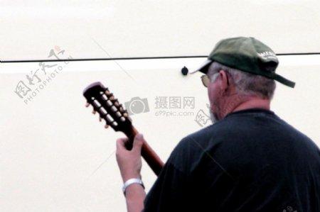 弹奏乐器的男人