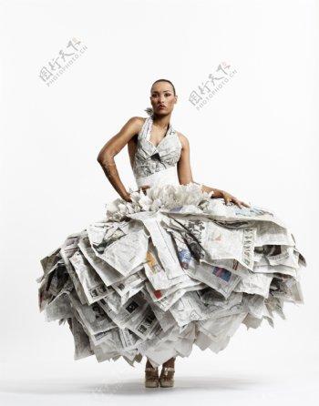 穿报纸时装裙欧美美女图片