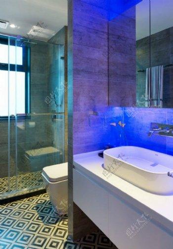 现代简约浴室蓝色背景墙室内装修效果图