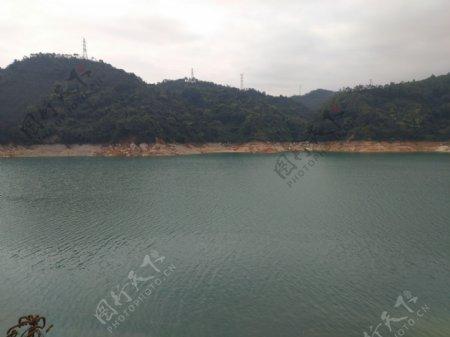 新丰江水库清澈水面