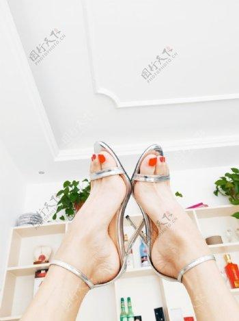银色高跟凉鞋