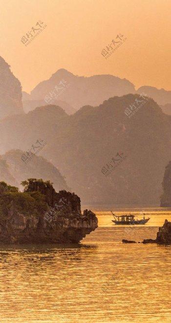江水中的小船