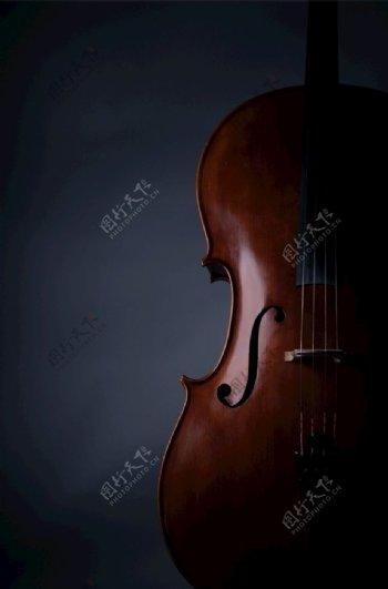 黑色背景大提琴