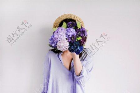 捧着花的女人