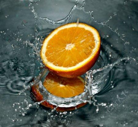 溅起水花的橙子