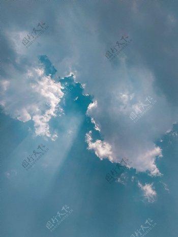 蓝天乌云阳光照射云朵