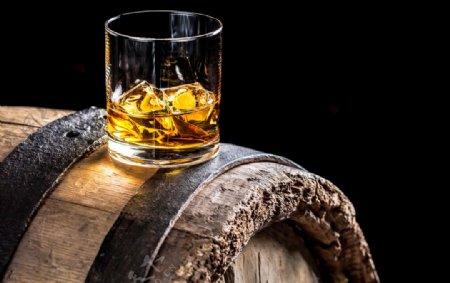 酒杯酒水木桶复古背景素材图片