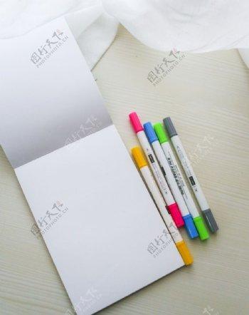 水彩记号笔和空白纸张图片