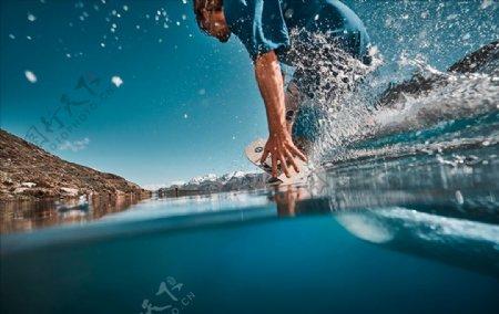 男人冲浪运动图片