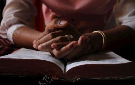 祈祷女性图片