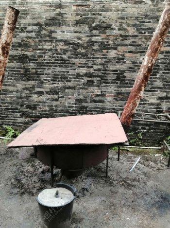 被木板盖起的炉子图片