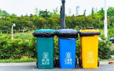 小区垃圾桶图片