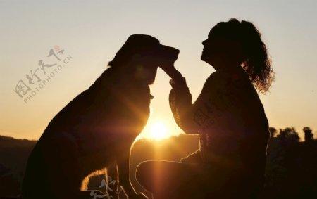 女性与宠物犬图片
