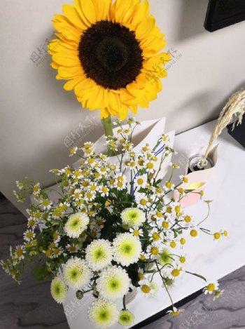向日葵小雏菊室内花束图片