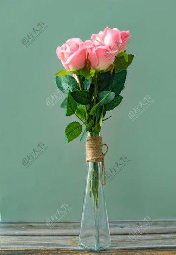 花瓶里的粉色玫瑰图片