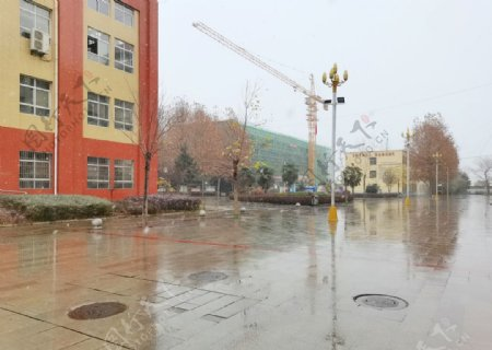 雨天的校园广场图片