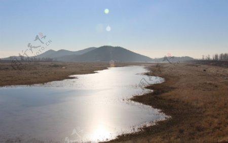 阳光下的一潭水图片